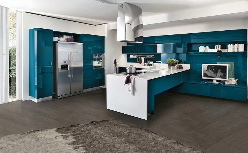 Объёмность пространства за счет отражающих поверхностей бирюзовой кухни