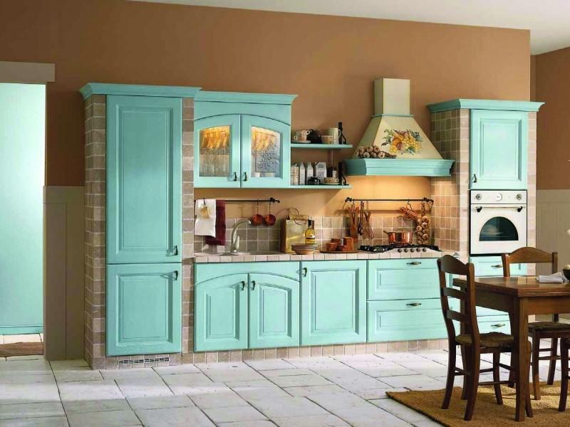 Нежно-бирюзовая кухня в сочетании с теплыми бежевыми цветами