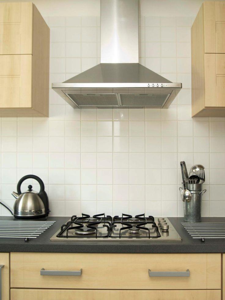 Для оформления дизайн кухни 13 квадратных метров требуется размещения вытяжки над плитой