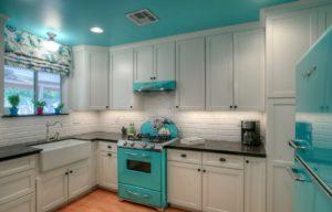 Бирюзовый потолок на фоне белого кухонного гарнитура