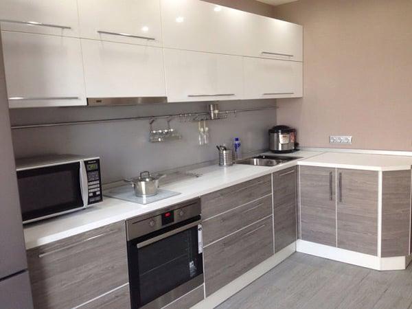Серо-белый дизайн на кухне