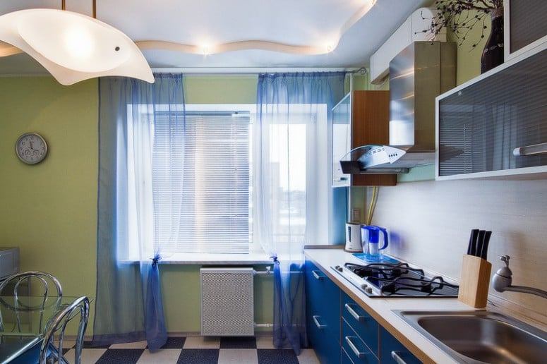 Декорирование окон на кухне зависит от вкусовых предпочтений хозяев и ориентации окон дома относительно солнечной стороны