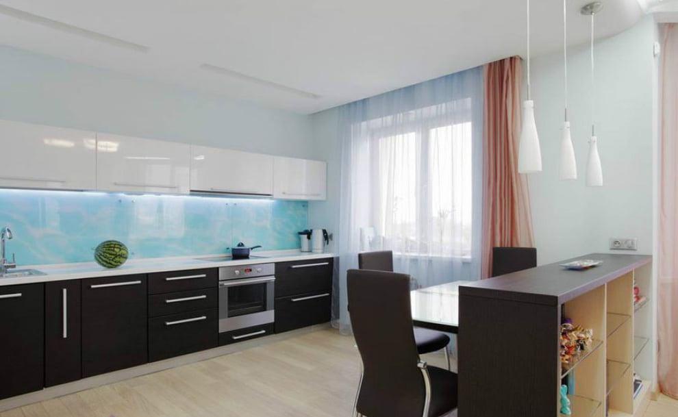 Часто на такой кухне отсутствует традиционный обеденный стол и его с успехом заменяет конструкция похожая на барную стойку