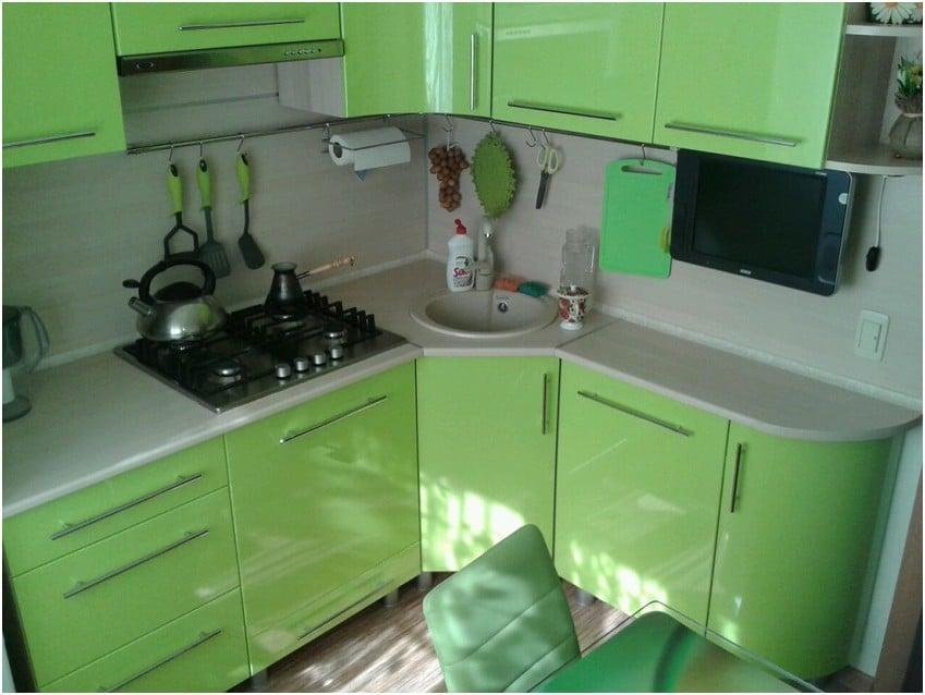 Угловой вариант с радиусными дверками удачное решение для небольшой комнаты