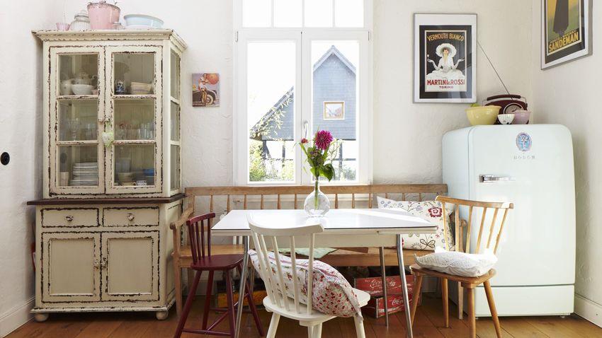 Нейтральная цветовая гамма и натуральная мебель придают кухне особый деревенкий шарм и шик