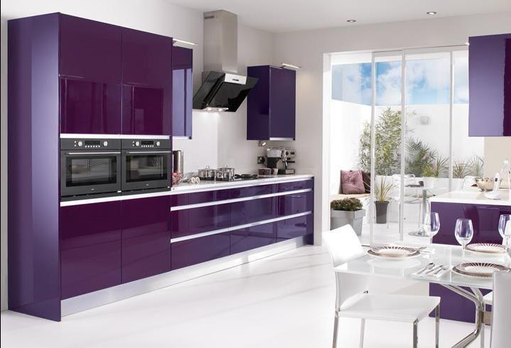 Оригинальность в оформлении бело-фиолетовой кухни