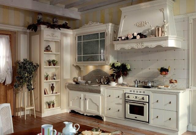 Небольшая кухня в данном стиле чаще всего подразумевает наличие белых фасадов мебели из массива