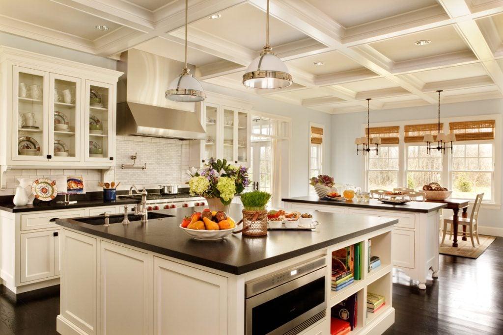 В просторной кухне можно использовать различные декоративные элементы