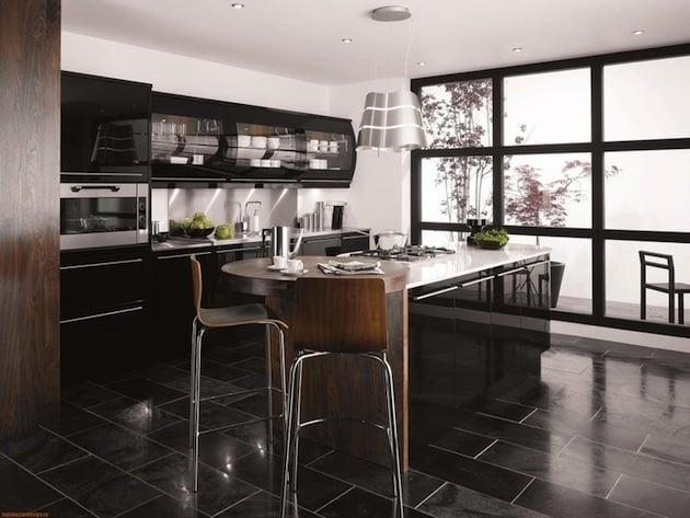 В больших квадратных кухнях актуальным решением станет разделение рабочей и столовой зоны