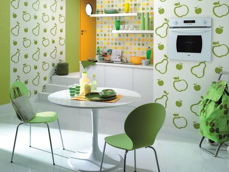 Оформление стен кухни обоями не потребует больших усилий и финансовых вложений