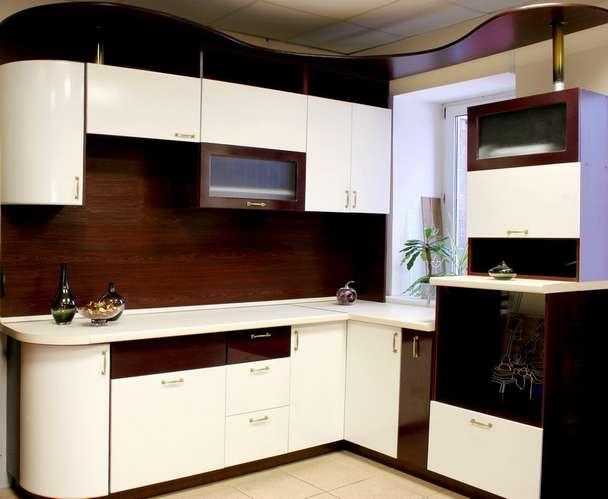 Стильная бело-коричневая кухня