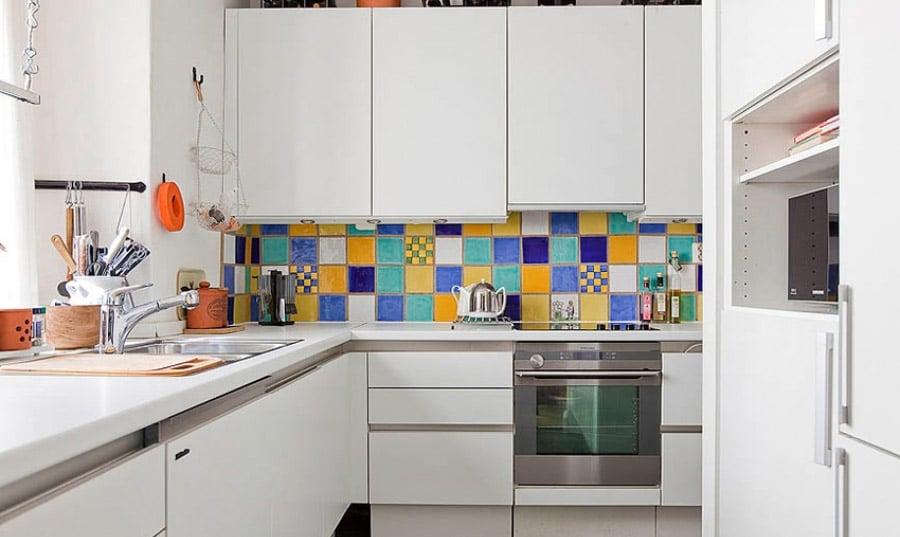 Важно создать идеальный интерьер кухонного убранства на малой площади за счёт многофункциональной мебели и компактной техники