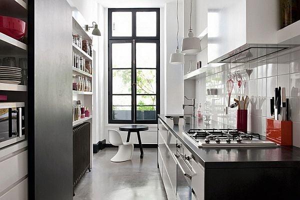 Важной особенностью кухни является наличие и пересечение на её территории всех возможных коммуникаций
