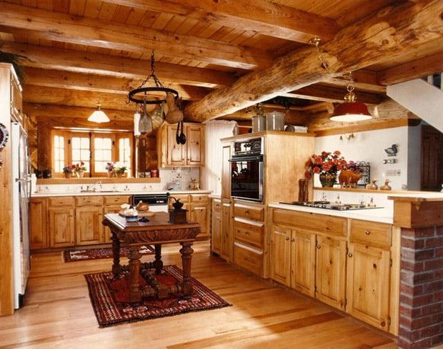 Большая кухня в деревянном доме
