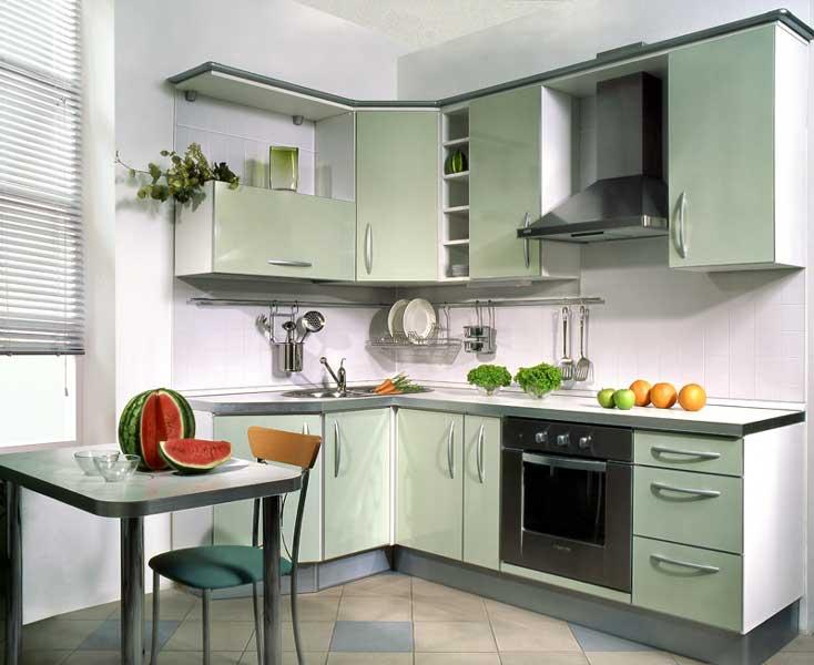 При обустройстве небольшой кухни не стоит загромождать ее мебелью