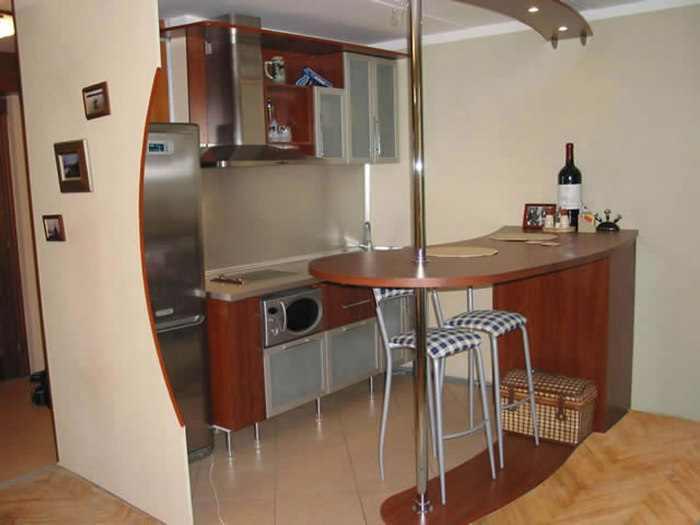 Вариант оформления небольшой кухни с барной стойкой