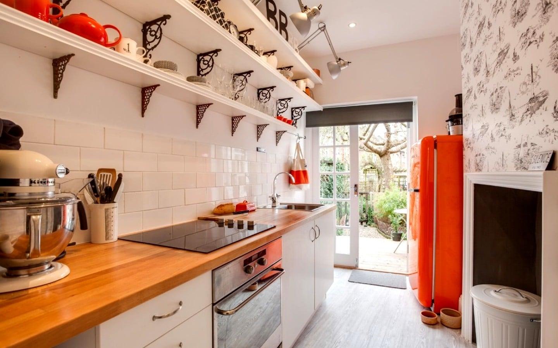 Дизайн узкой кухни в доме