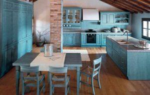 Потолок кухни акцентирован балками перекрытий из темного дерева