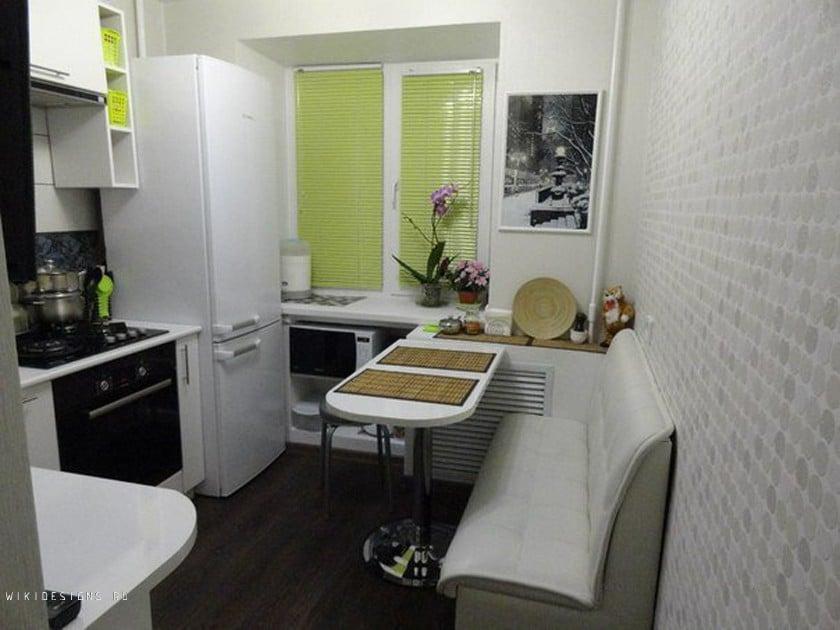 В небольшой кухне важно заранее спланировать размещение мебели как рабочей, так и обеденной зоны