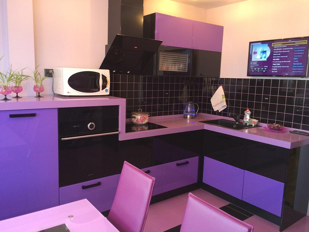 Сочетание черного и фиолетового на кухне