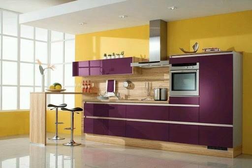 Кухня модерн в золотом и лиловом