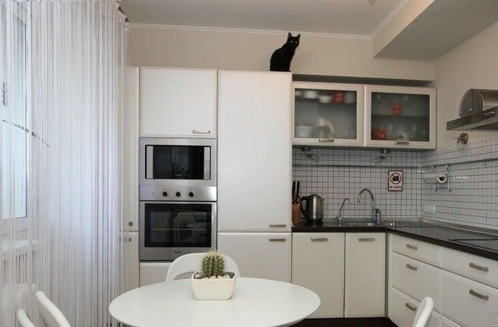 Не большую кухню не стоит загромождать лишними деталями