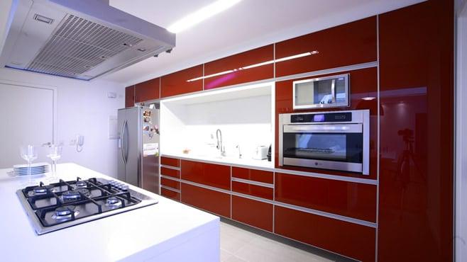 Белые тона помогают уравновесить красный благодаря чему стиль кухни смотрится гармонично