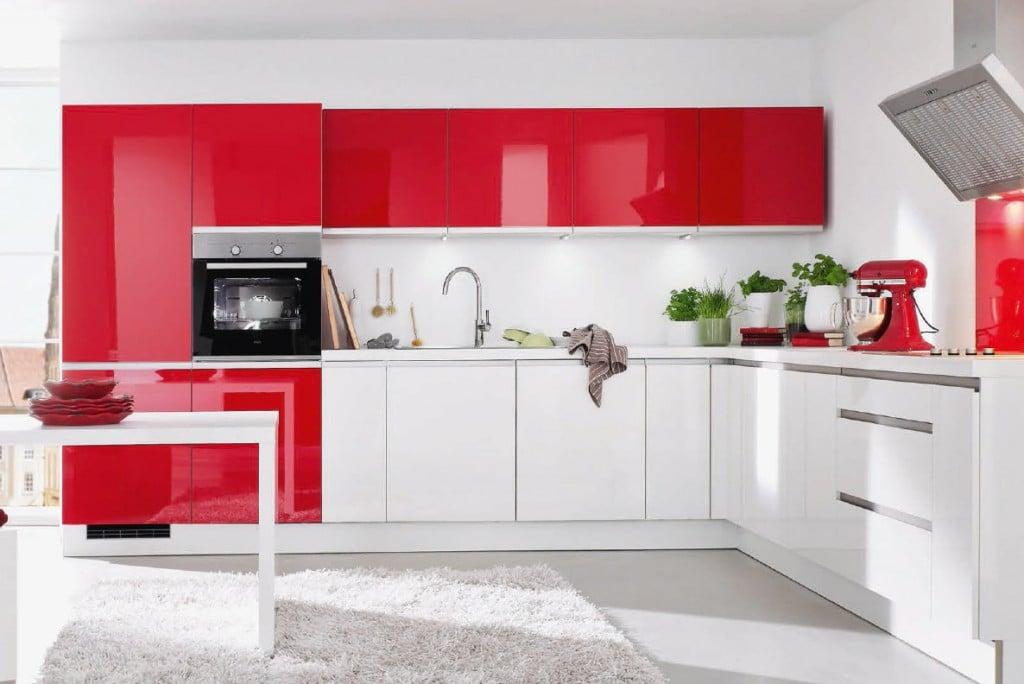 Соединение красного и белого оттенка в помещении кухни является классической комбинацией