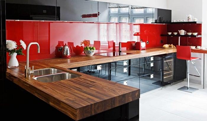 Специалисты по дизайну советуют не использовать в интерьере чистую комбинацию красного и черного цветов