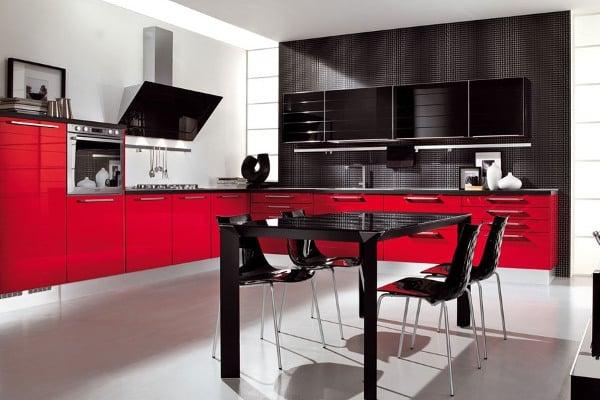 В кухне в красно-черных оттенках должно быть хорошее освещение