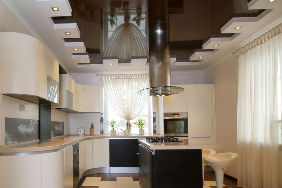 Чтобы правильно выбрать отделочный материал необходимо знать какими характеристиками обладает идеальный кухонный потолок