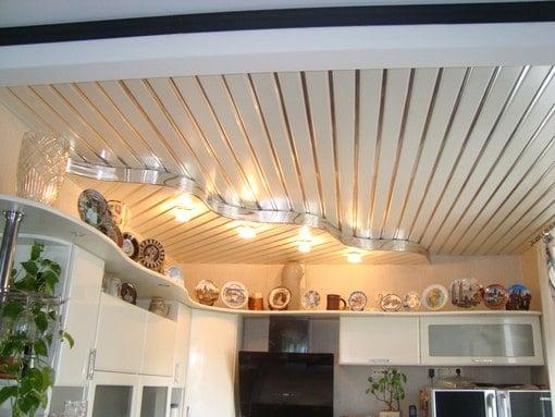 Чем лучше обшить потолок на кухне