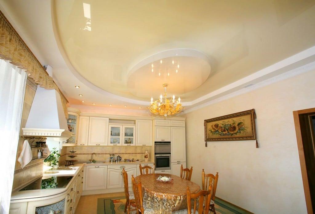 Натяжной потолок на кухне в отличии от остального помещения кроме чисто эстетического имеет еще очень важное практическое значение