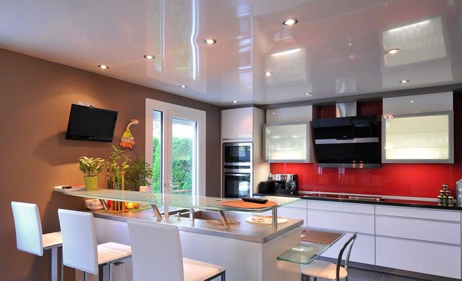 Натяжной потолок не только эффектно выглядит сам но и позволяет спрятать линии коммуникаций а также неровную поверхность основного потолка