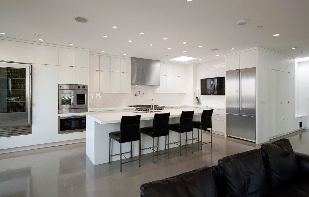 Натяжной потолок не впитывает грязь и влагу и по влагостойкости опережает популярные гипсокартон и штукатурку