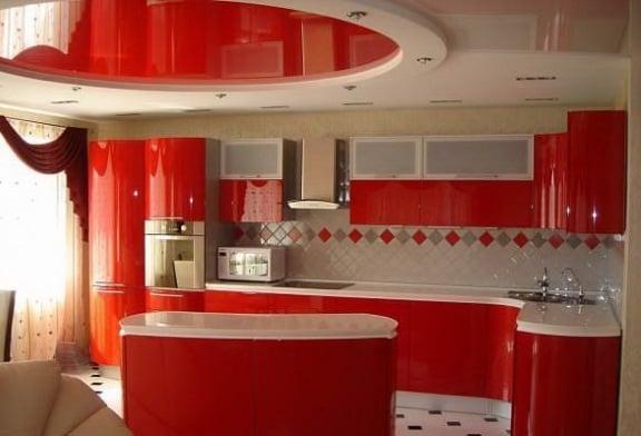 Навесные потолки на кухне успешно комбинируются с натяжными превращаясь в уникальную эффектную композицию