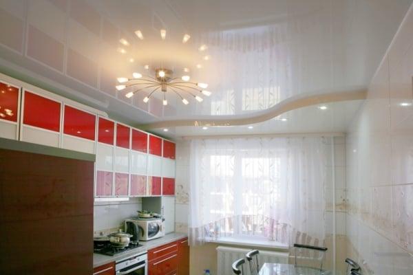 Один из плюсов такого потолка стильный дизайн на кухне