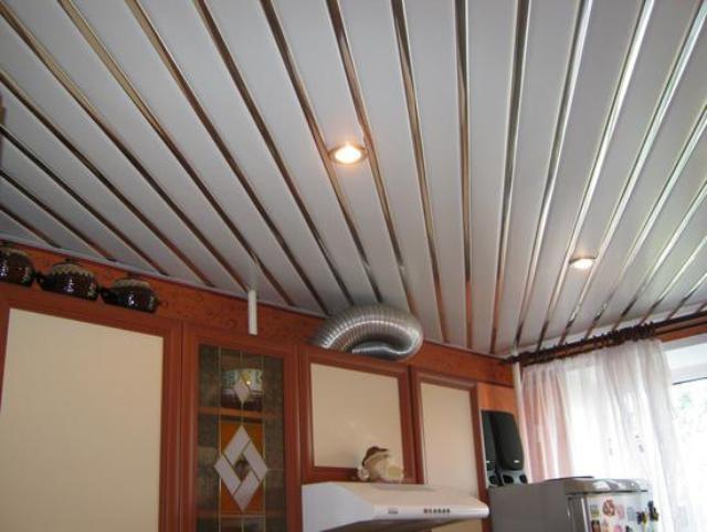 При установке на потолке светильников и других элементов следует выбирать панели с глубоким швом