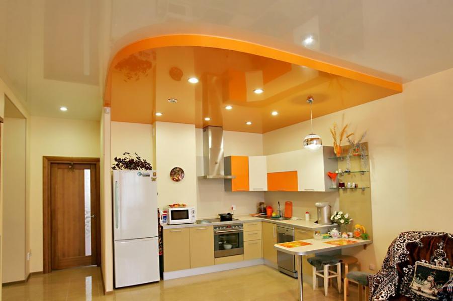 С помощью двухуровневых конструкций можно организовать интересную подсветку различных частей помещения