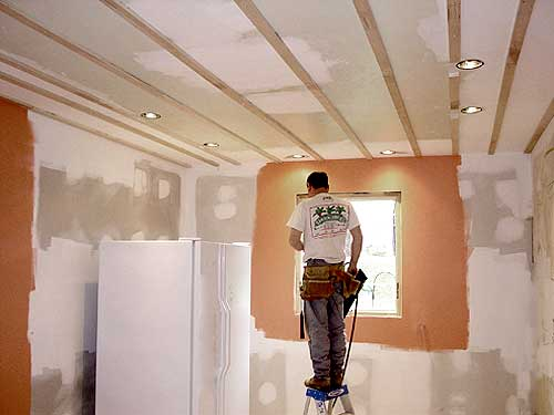 Самостоятельно проведенные работы по ремонту потолка значительно сэкономят денежные средства