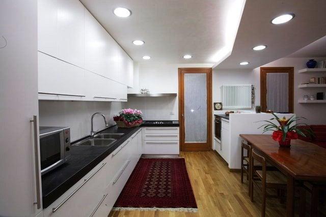 Удачный дизайн подобных потолков для кухни начинается с выбора его конструкции