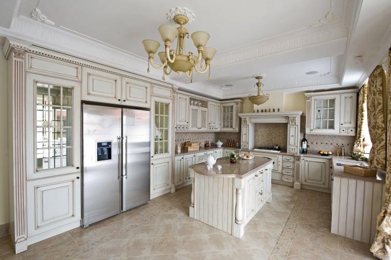 Лучшим оформлением интерьера кухни классика с патиной сочетаются все светлые цвета и особенно белый