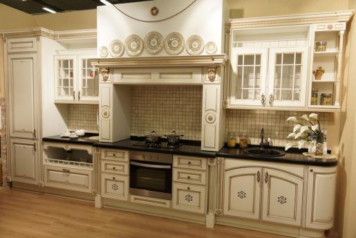 Сочетание белой кухни и золотой патины