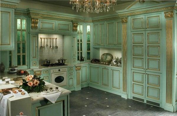 Зеленая кухня с элементами золотой патины