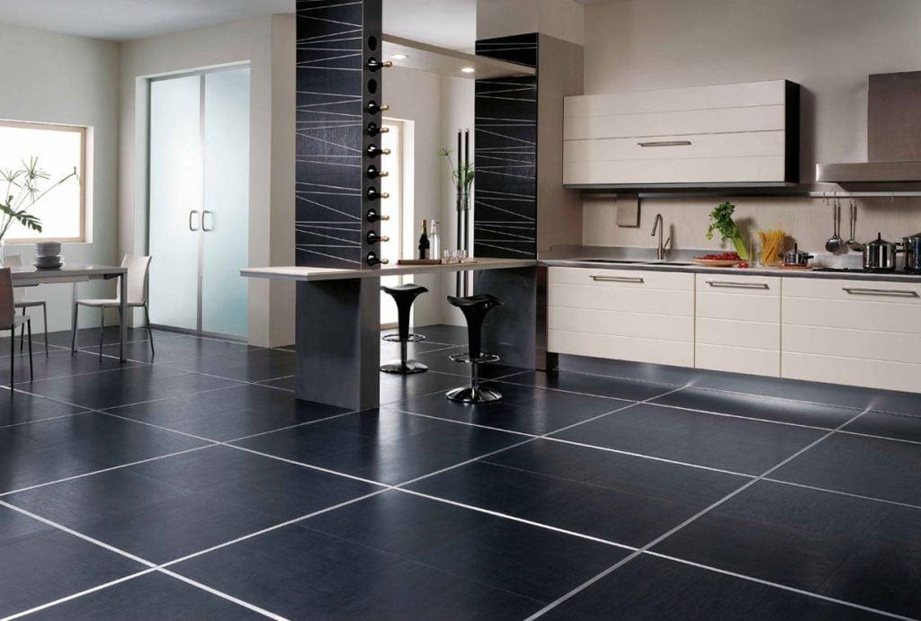 Напольное покрытие на кухне должно отличаться стойкостью к истиранию и влаге