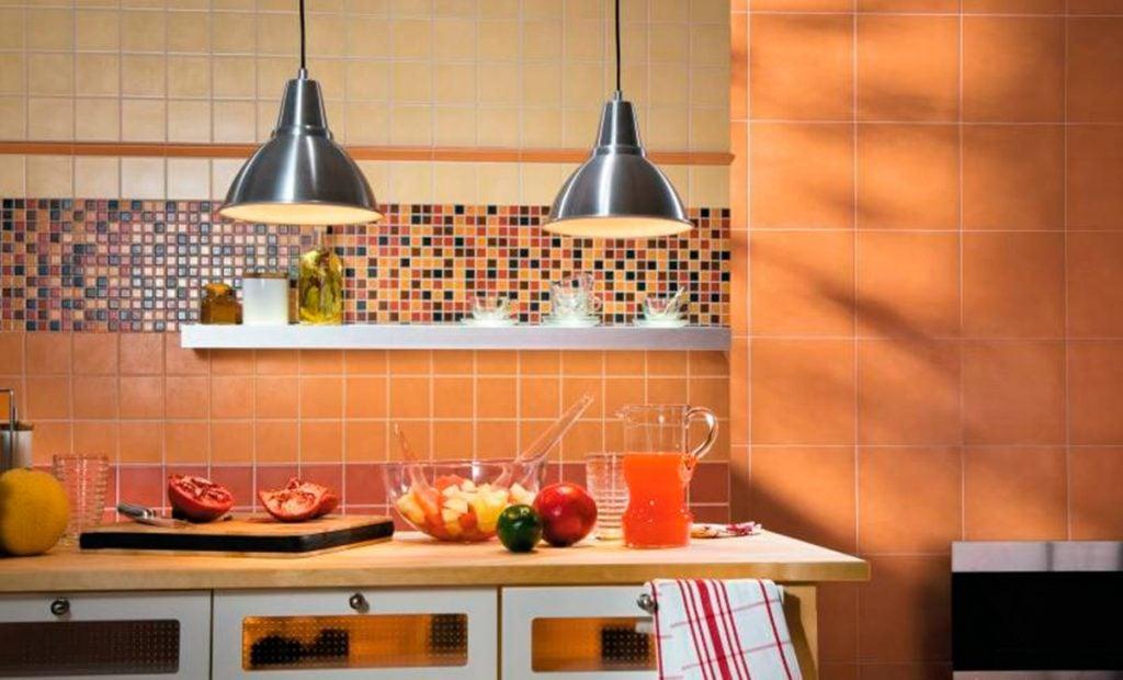 Добавить яркий акцент на кухне можно с помощью мозаики