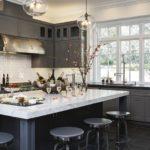 Кухня с серыми матовыми фасадами, обеденный стол с мраморной столешницей