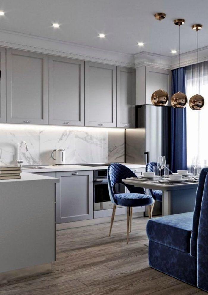 Синяя мебель и шторы в интерьере жемчужно-серой кухни