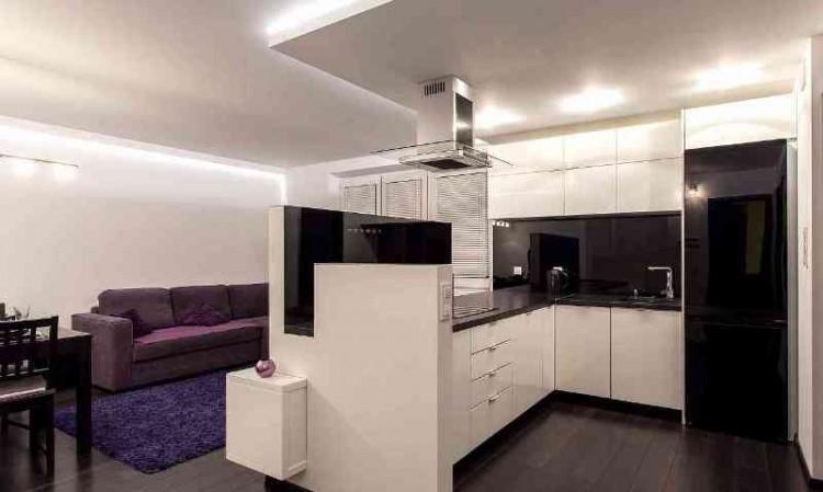 Г-образный гарнитур разделяет кухню с гостиной