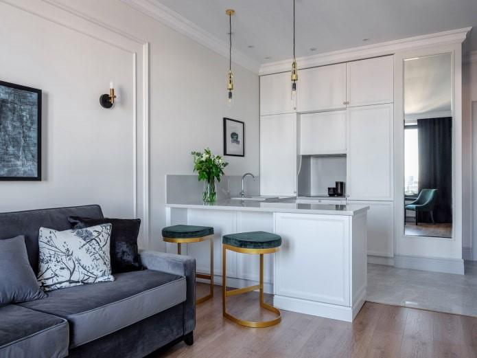 Серый оттенок неоклассики в маленькой кухне
